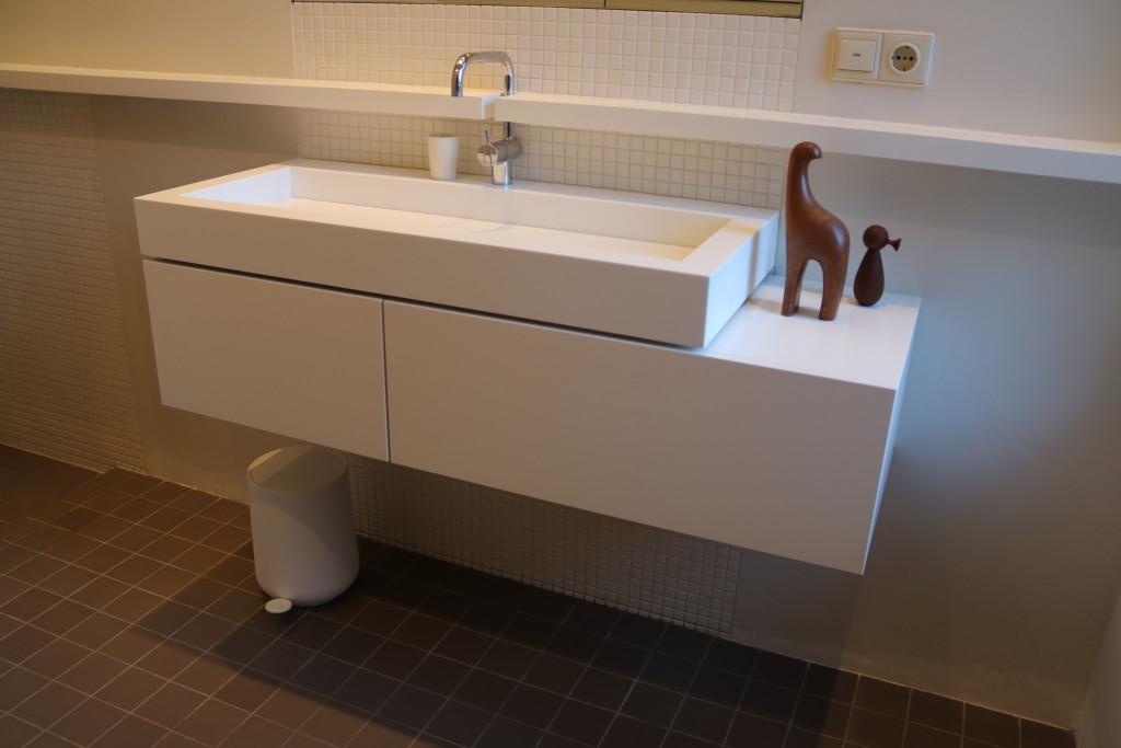 badkamermeubel-himacs-badkamer-maatwerk-ladekast-badkamer-lade-meubelmakerij-houtenmaatwerk