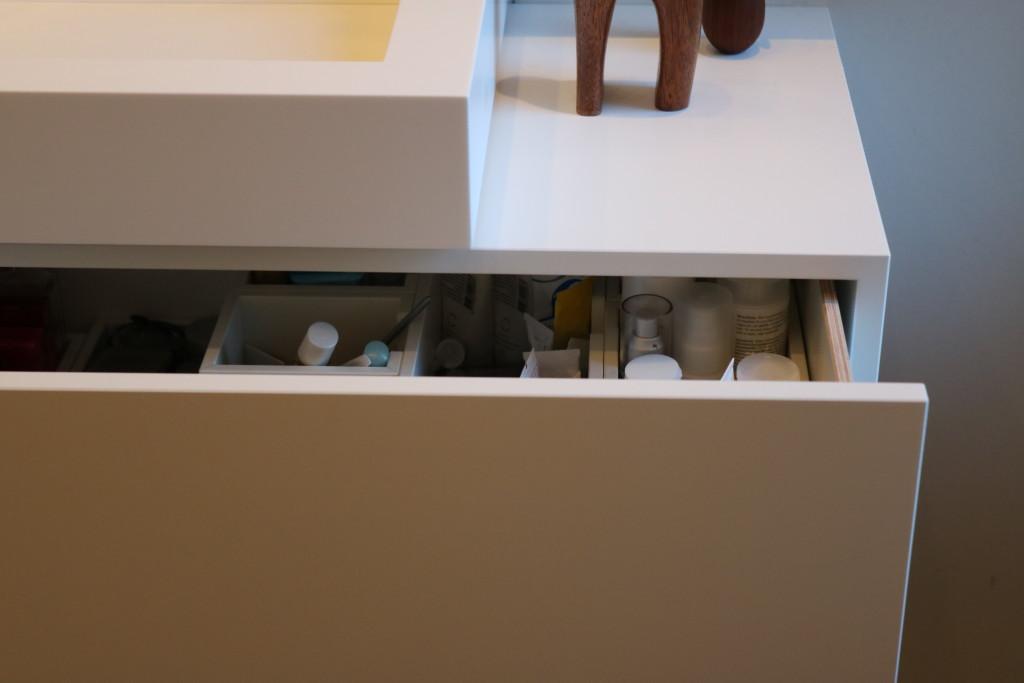 badkamermeubel-himacs-badkamer-maatwerk-ladekast-badkamer-lade-meubelmakerij-houtenmaatwerk-detail