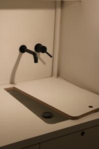 houtenmaatwerk-wastafel-werkblad-op-maat-wasruimte-kraan-maatwerk