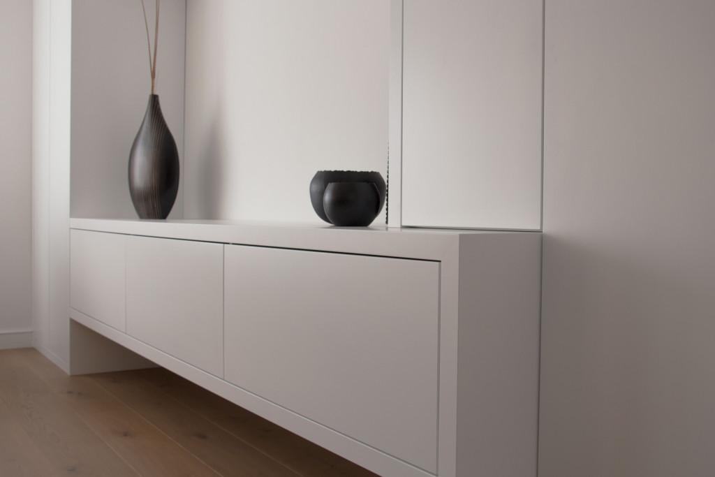 wandkast-opmaat-ladekast-legplanken-woonkamer-maatwerk-kastenwand-ral9010-spuitwerk-strakke-kast-modern-interieur-meubelmakerij-meubelmaker-detail-kast